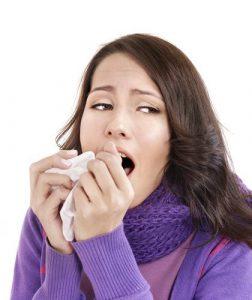mujer-tosiendo-con-un-pañuelo-en-la-mano