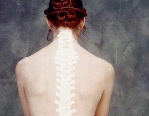 mujer-con-radiografia-en-la-espalda-mostrando-la-columna-vertebral