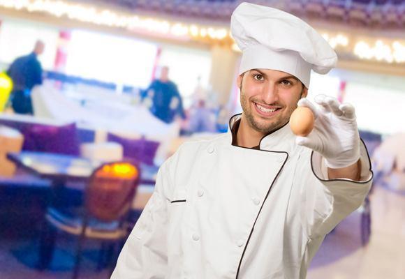 huevo-sostenido-por-un-chef