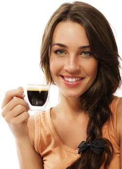 mujer-bebiendo-cafe