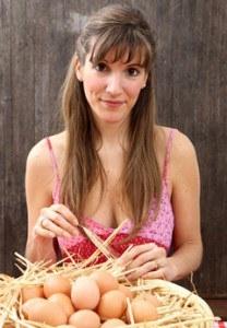 mujer-con-canasta-de-huevos