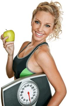 mujer-sosteniendo-manzana-y-bascula