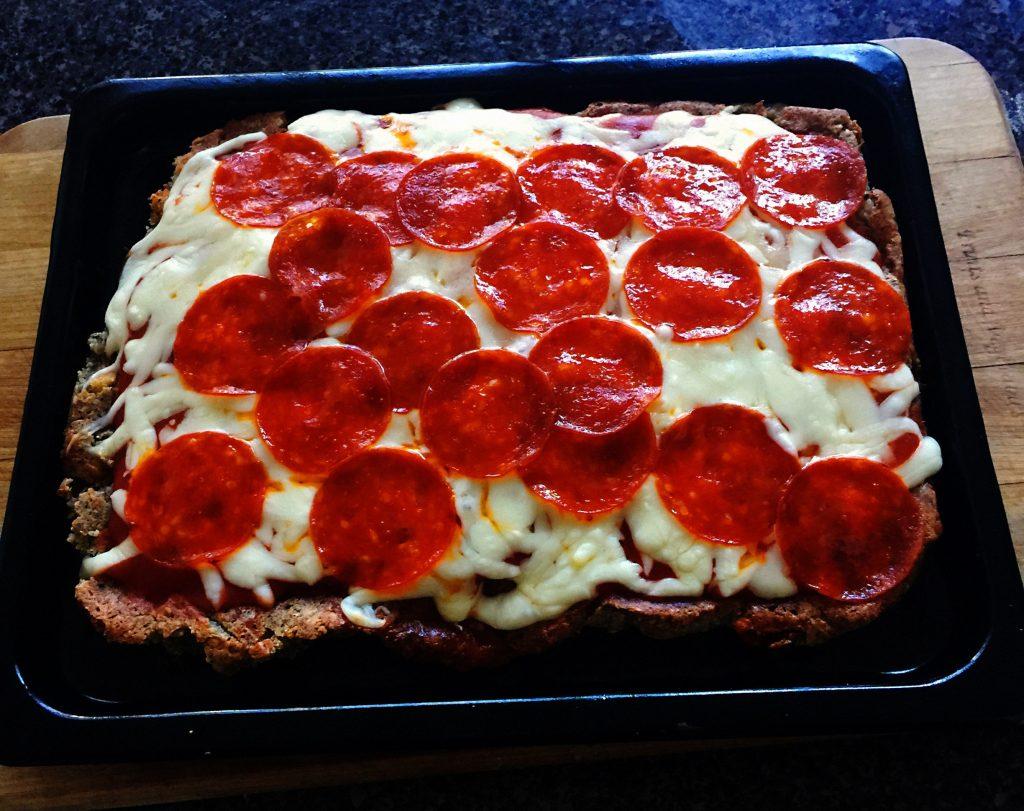 Pizza-con-harina-de-almendras-y-queso-mozzarella-y-pepperoni
