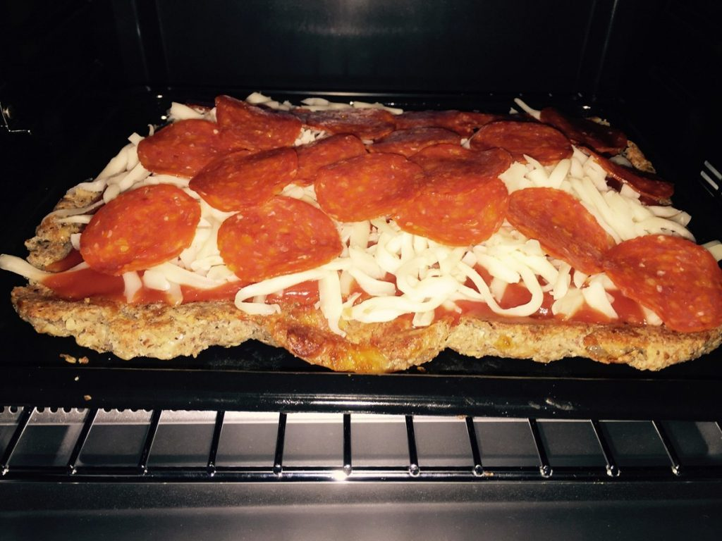 pizza-baja-en-carbohidratos-dentro-del-horno