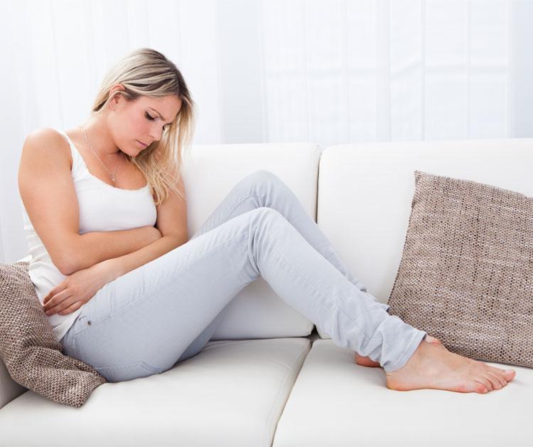 mujer-sentada-sofa