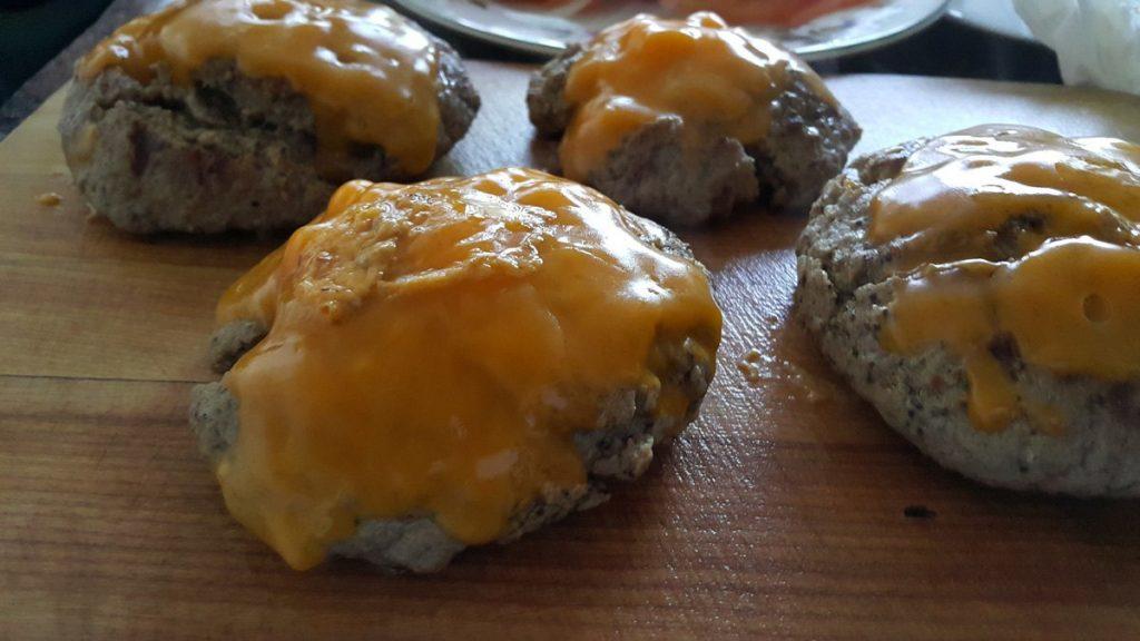 carne-con-queso-cheddar-en-tabla-de-madera