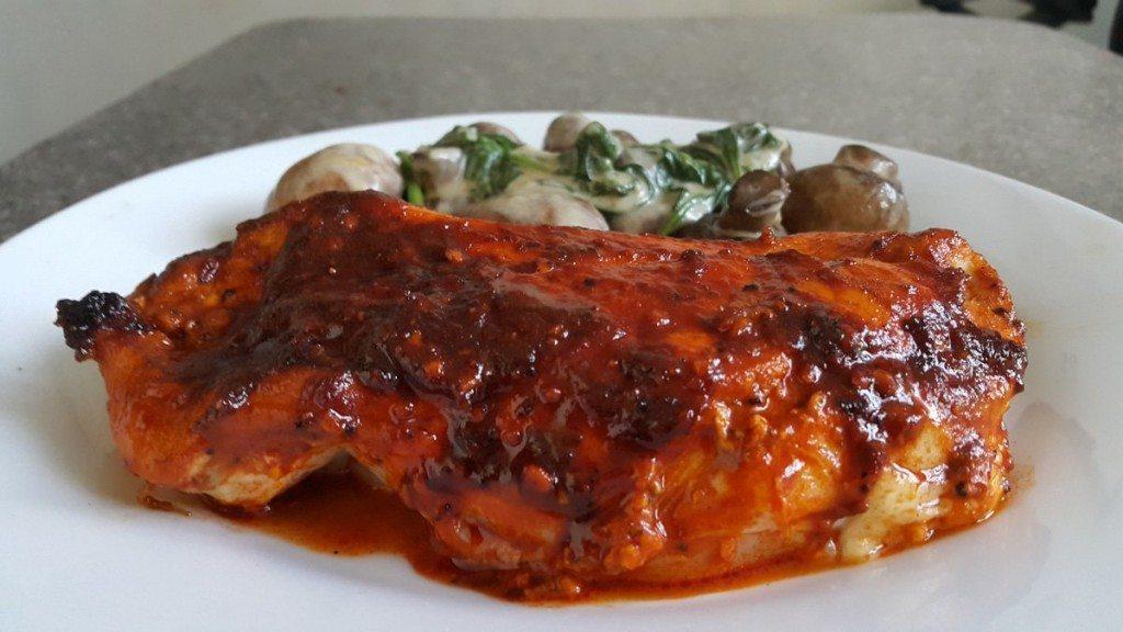 pollo-a-la-paprika-acompañado-con-champiñones-y-espinacas
