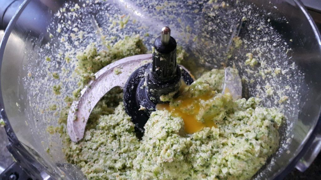agregando-el-huevo-a-la-mezcla-de-brocoli