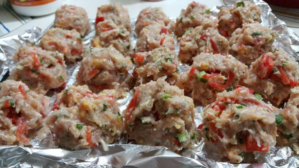 bolitas-de-carne-molida-de-pollo-con-pimiento-y-limón