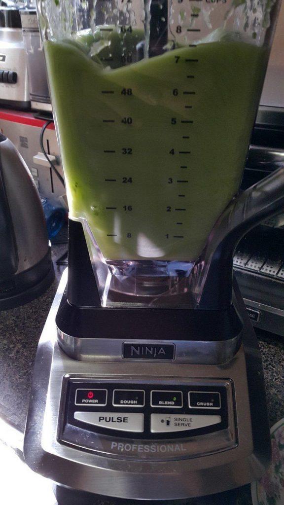 licuadora-batiendo-un-jugo-verde