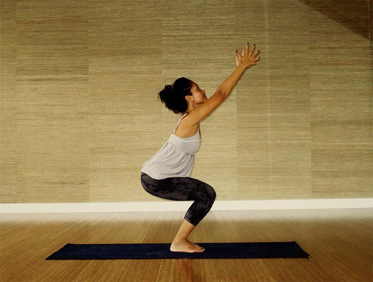 postura-de-yoga-Utkatasana-o-postura-de-la-silla