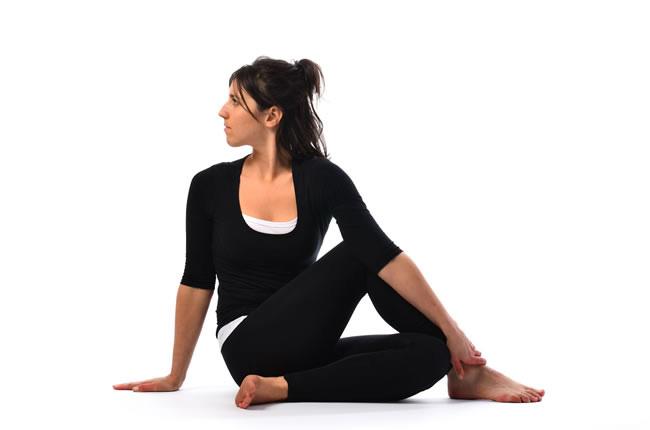postura-de-yoga-del-arbol-o-Vakrasana