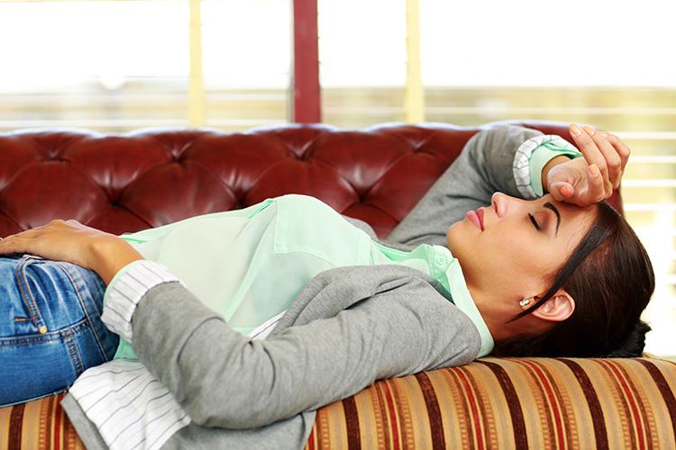 mujer-dormida-en-un-sofa