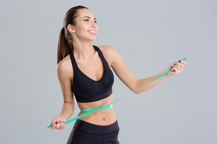 mujer-midiendose-la-cintura