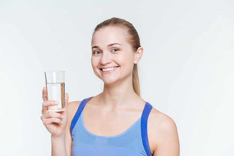 mujer-sosteniendo-vaso-de-agua