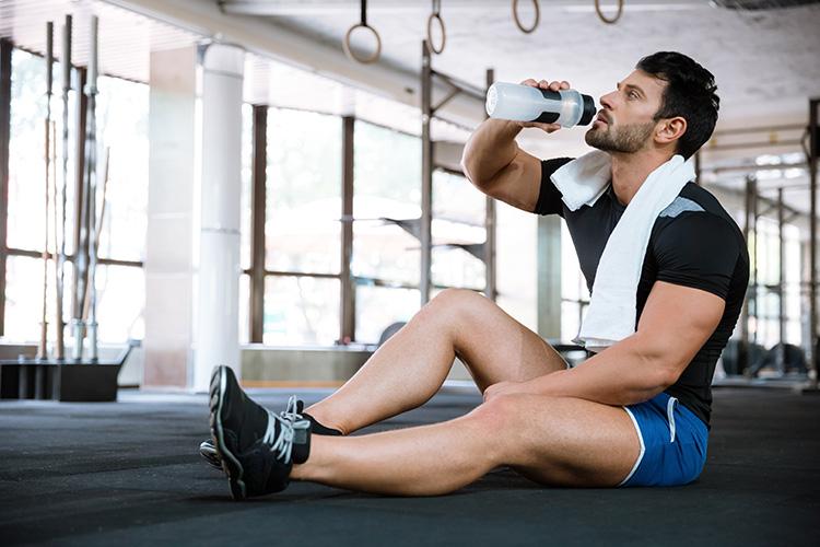 hombre-haciendo-ejercicio-y-tomando-agua