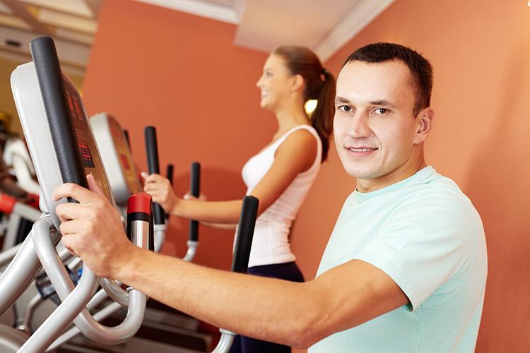 hombre-y-mujer-haciendo-ejercicio