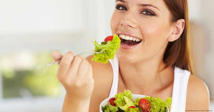 mujer-masticando-comida