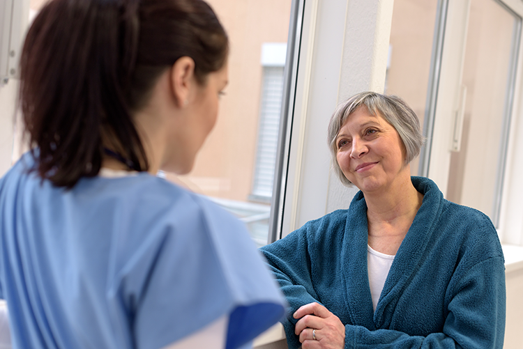 mujer-mayor-atendida-por-enfermera