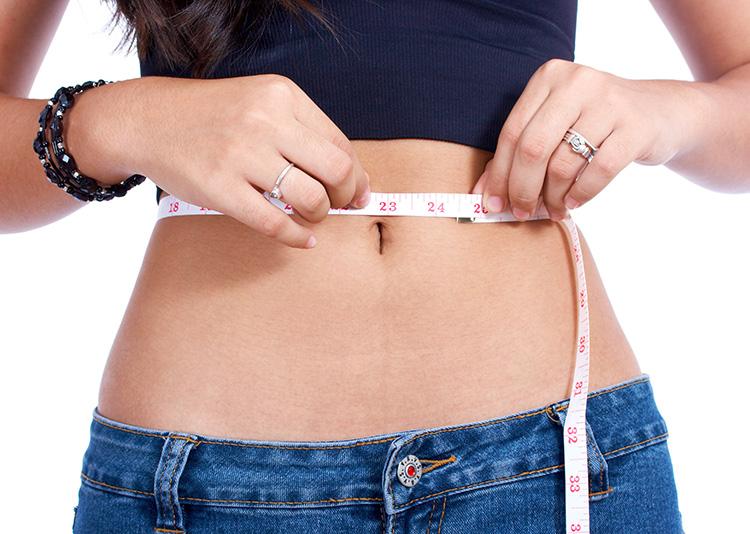 mujer-midiendose-el-abdomen