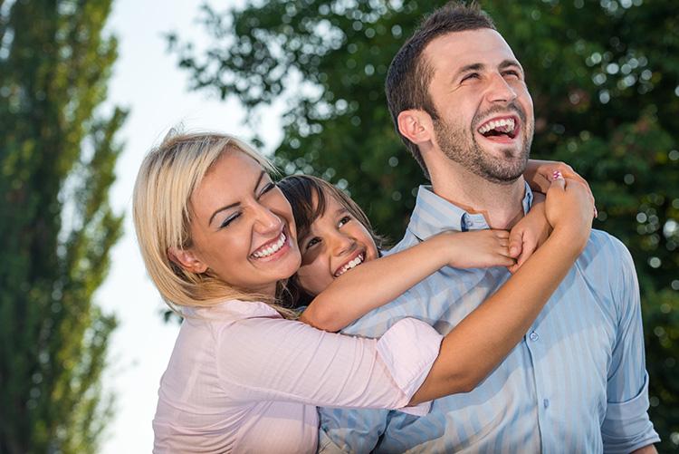 esposa-he-hija-abrazando-a-su-papa