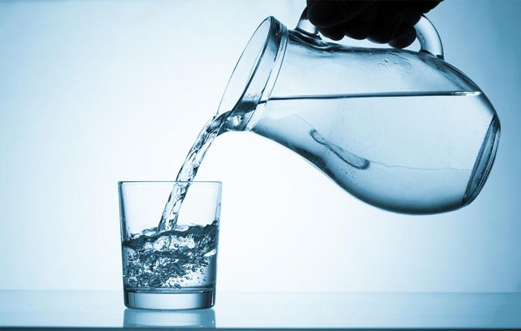 agua-destilada-sirviendose-en-vaso