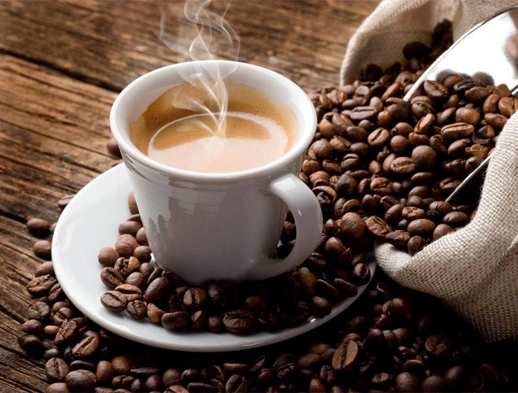 granos-de-cafe-y-taza-de-cafe