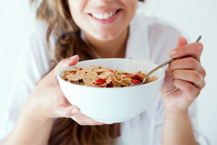 mujer-comiendo-fibra