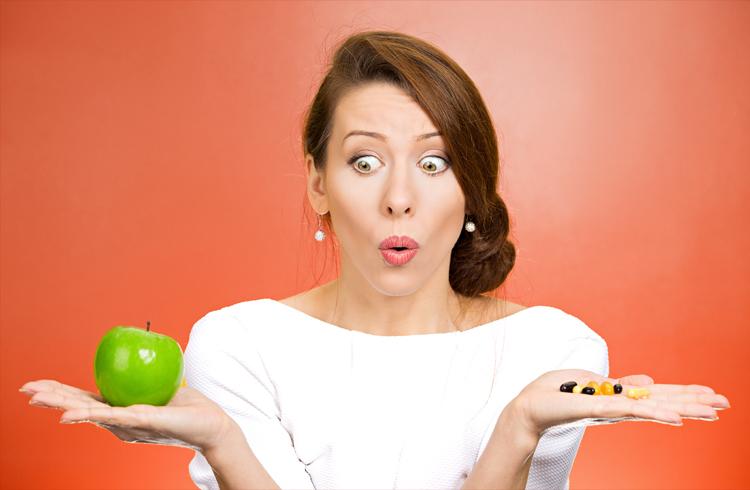 mujer-con-manzana-y-suplementos