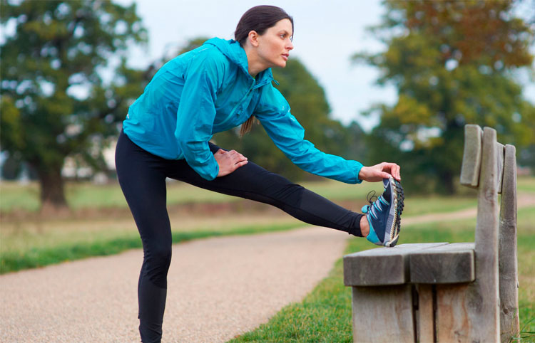 mujer-deportiva-estirando-musculos-en-el-parque