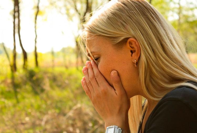 mujer-en-el-campo-estornudando
