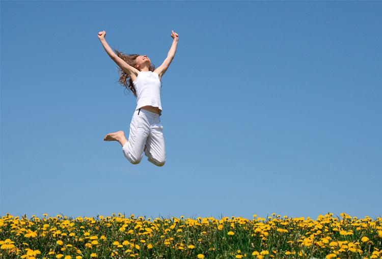 mujer-saltando-feliz-en-campo