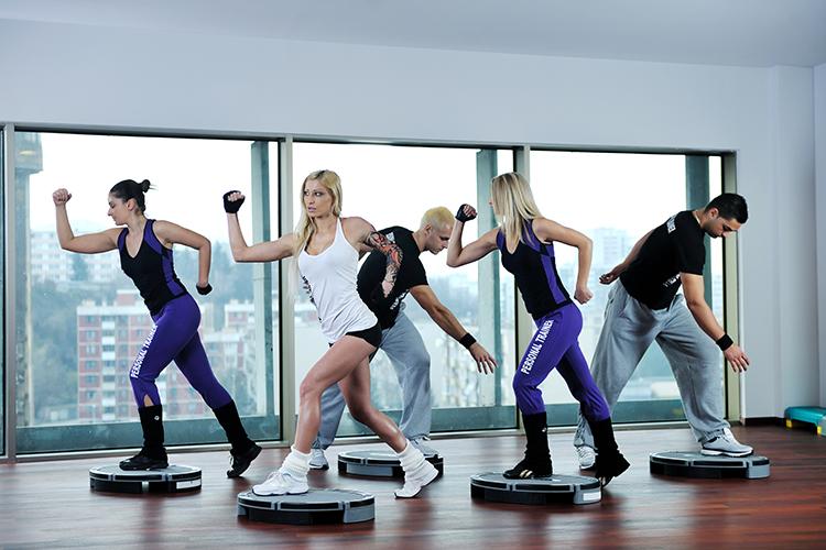 personas-entrenando-en-clase-de-gym - La Guía de las Vitaminas